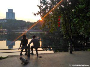 V kitajskom parke 300x225 - Встречи-лекции с путешественником Владимиром Павловым