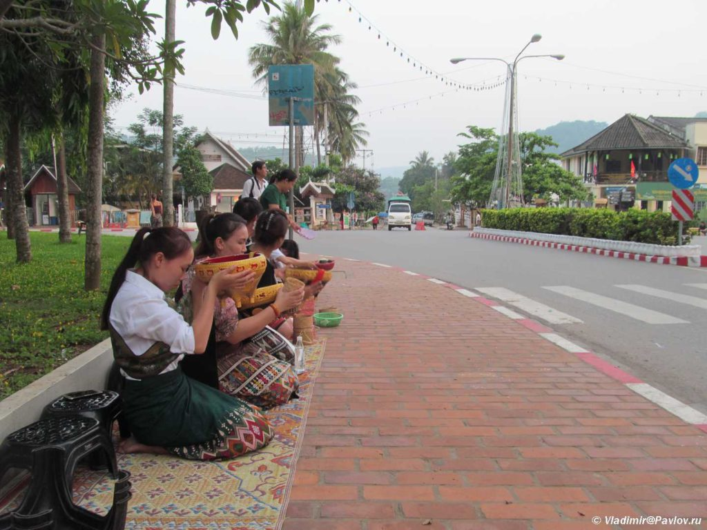 V ozhidanii monahov. Laos. Laos. Luang Prabangh 1024x768 - Ритуал Подношения пищи монахам (Tak Bat). Лаос