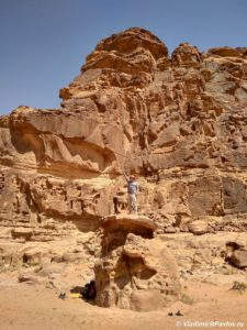 V pustyne Vadi Ram mozhno ne tolko hodit no i zanimatsya skalolazaniem. Iordaniya. Wadi Rum Jordan 225x300 - Виза в Иорданию. Лучшее время для поездки. Подготовка к путешествию.