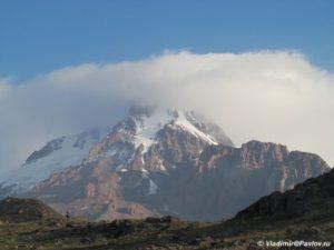 Vershina Kazbeka pogruzhennaya v oblako 300x225 - От Зеленых стоянок до Метеостанции 3700м. Ледник Гергети. 12