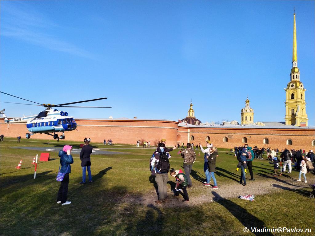 Vertolet Baltijskie avialinii nad Peterburgom u Petropavlovskoj kreposti  - Успеваем на 9 мая и в Санкт-Петербург