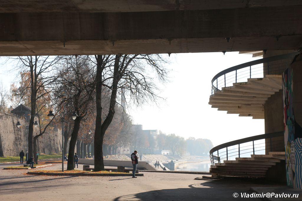 Vid iz pod Olginskogo mosta na naberezhnuyu Pskova - Прогулка по Пскову