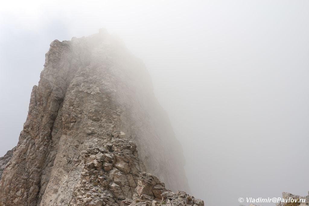 Vidimost tolko s odnoj storony hrebta 1024x682 - Три вершины Олимпа: Стефани (2905 м), Сколио (2912 м), Митикас (Mytikas, 2918 метров)