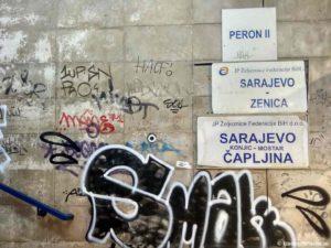 Vmesto tablo poezdov vyveshivayut tablichki. Saraevo. Bosniya i Gertsegovina Sarajevo 300x225 - Достопримечательности Боснии. Из Сараево в Мостар (Mostar) на поезде