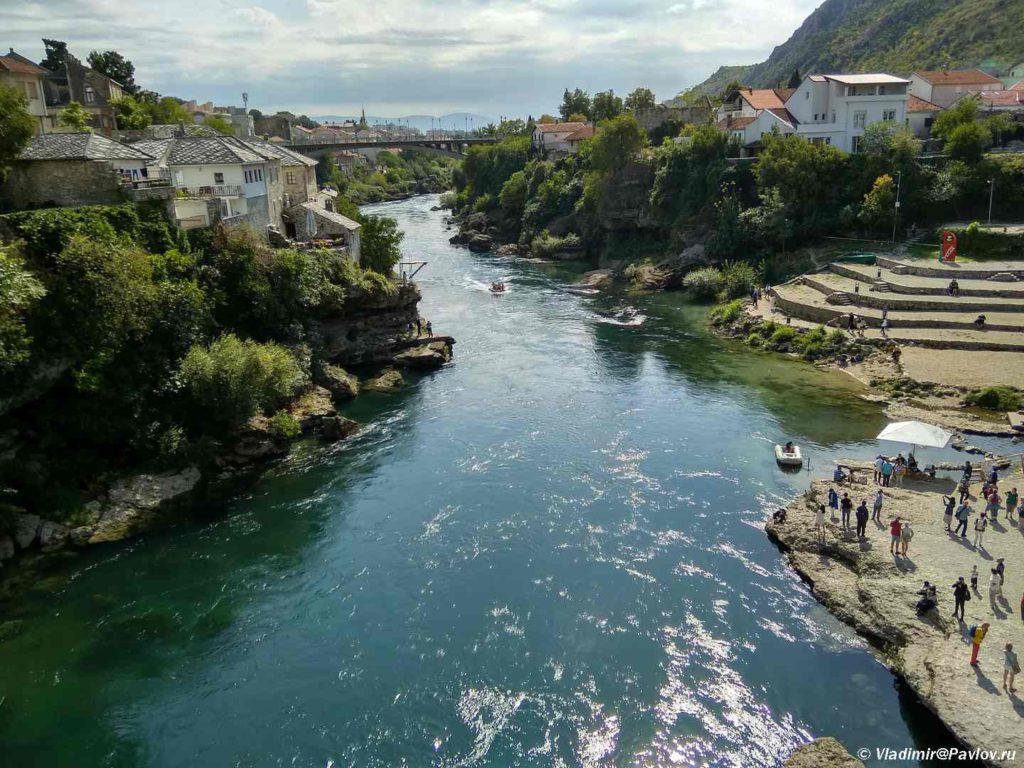 Vniz po techeniyu Neretvy. Voda prozrachnaya i holodnaya. Bosniya i Gertsegovina Mostar 1024x768 - Старый Мост (Stari most) - достопримечательность в Мостаре (Mostar)