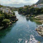 Vniz po techeniyu Neretvy. Voda prozrachnaya i holodnaya. Bosniya i Gertsegovina Mostar 150x150 - Старый Мост (Stari most) - достопримечательность в Мостаре (Mostar)