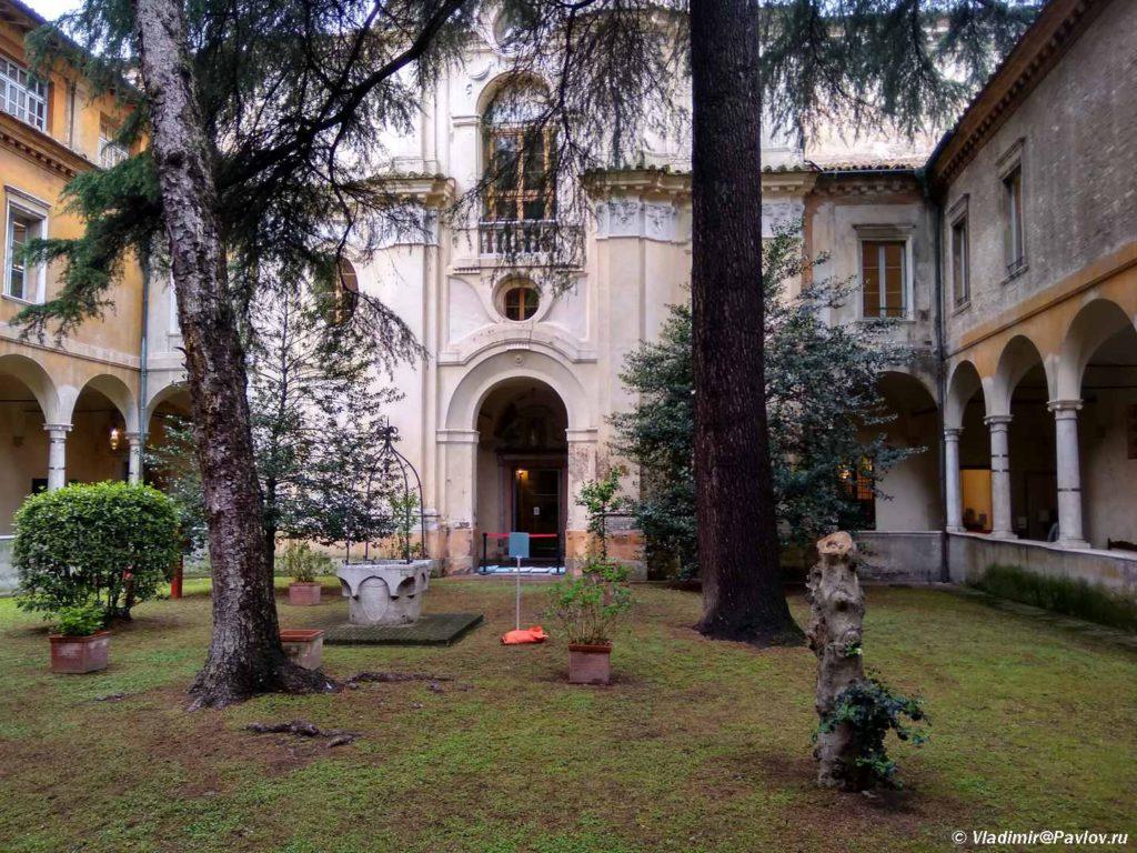 Vnutrennij dvorik biblioteki v Ravenne. Italiya 1024x768 - Равенна (Ravenna). Однодневная экскурсия из Римини