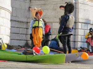 Vodnye maski gotovyatsya k otplytiyu 300x225 - Карнавал в Венеции