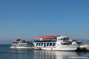 Vodnye progulki po ozeru Ohrid predlagayut i na takih lodkah 300x200 - Водные прогулки по озеру Охрид предлагают и на таких лодках