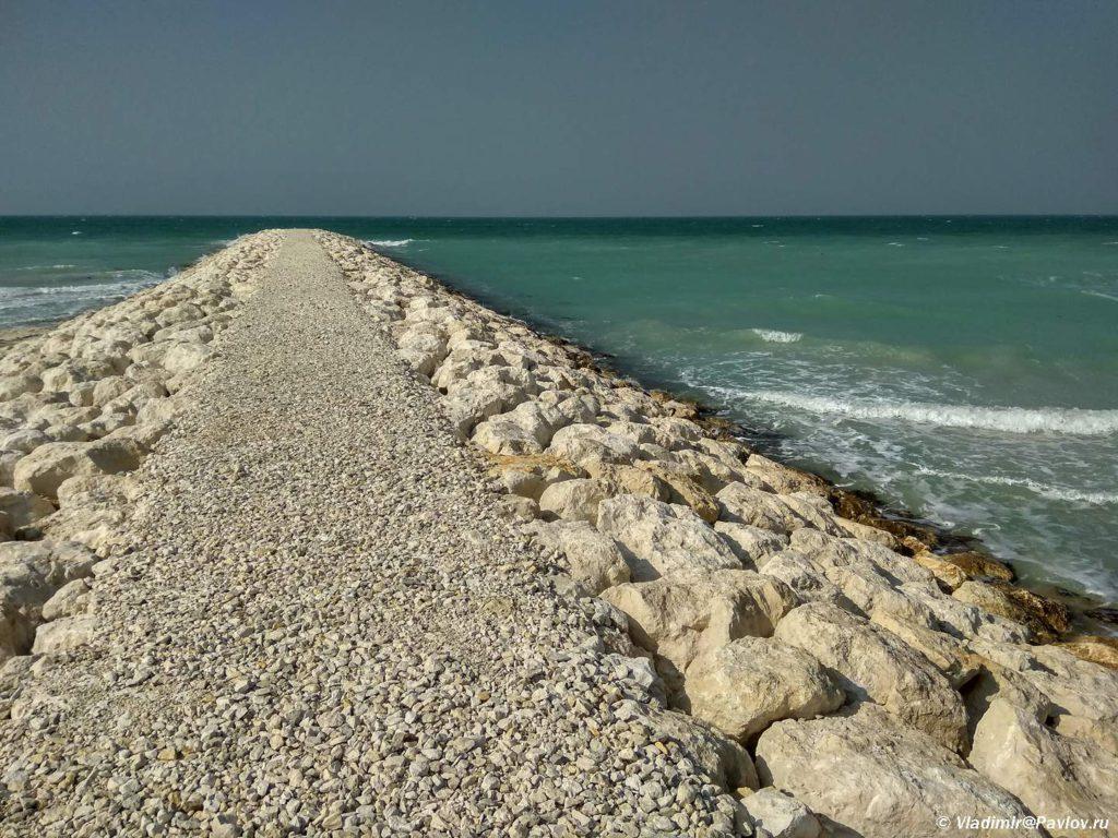 Volnorez na plyazhe Dzhazaer Bich. Jazaer Beach Plyazhi Bahrejna. Bahrain beach. 1024x768 - Пляжи Бахрейна. Где купаться в Бахрейне