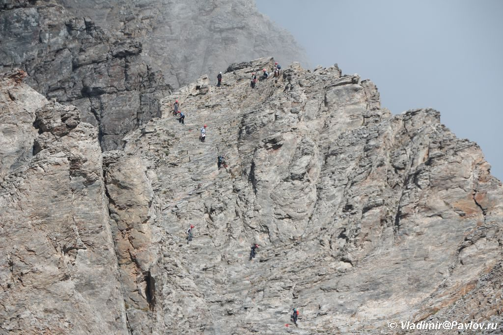 Voshoditeli na promezhutochnoj vershine mezhdu Mitikas i Skala 1024x682 - Три вершины Олимпа: Стефани (2905 м), Сколио (2912 м), Митикас (Mytikas, 2918 метров)