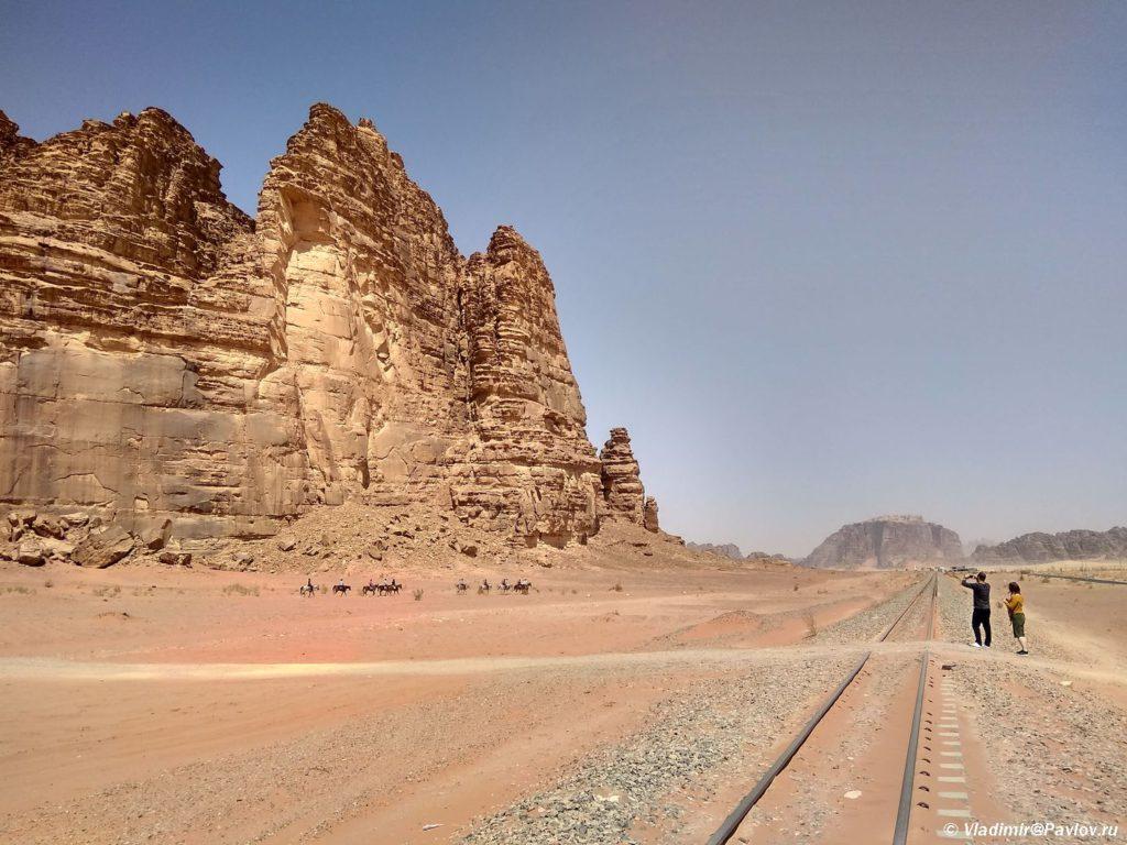 ZHeleznaya doroga okolo Vadi Ram. Iordaniya. Pustynya Vadi Ram. Wadi Rum Jordan 1024x768 - Пустыня Вади Рам (Wadi Rum) самостоятельно и бесплатно. Иордания.