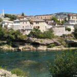 ZHilye doma vdol berega Neretvy v Mostare. Bosniya i Gertsegovina Mostar 150x150 - Старый Мост (Stari most) - достопримечательность в Мостаре (Mostar)