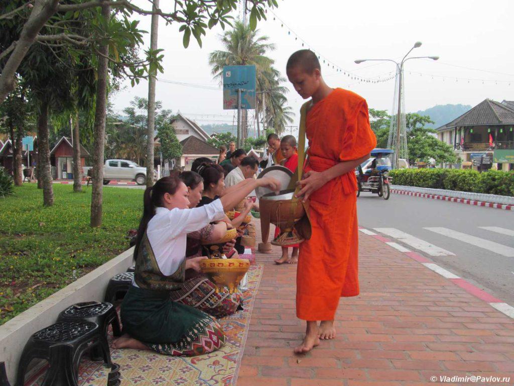 ZHiteli Luang Prabanga peredayut edu monahu. Laos. Luang Prabangh 1024x768 - Ритуал Подношения пищи монахам (Tak Bat). Лаос