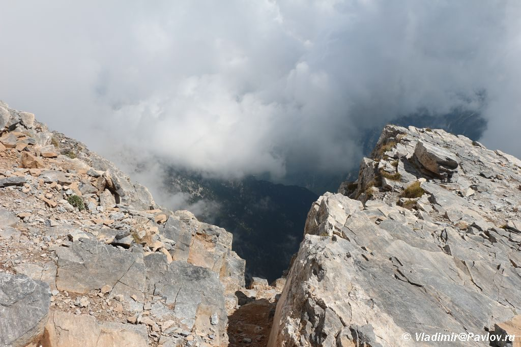 Za takoj obryv prishlos nyryat chtoby popast na Mitikas 1024x682 - Три вершины Олимпа: Стефани (2905 м), Сколио (2912 м), Митикас (Mytikas, 2918 метров)