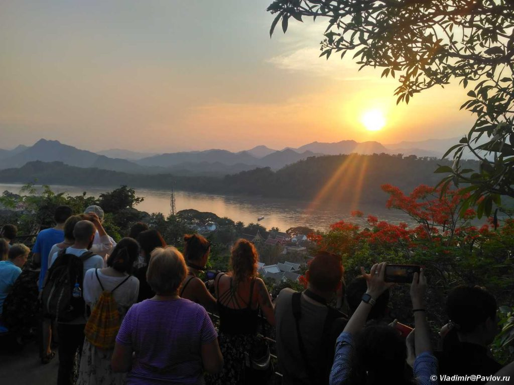 Zakat nad Mekongom. Dostoprimechatelnost Luang Prabanga. Laos 1024x768 - Храмы и Закаты на Храмовой Горе Пху Си (Phu Si Mount)