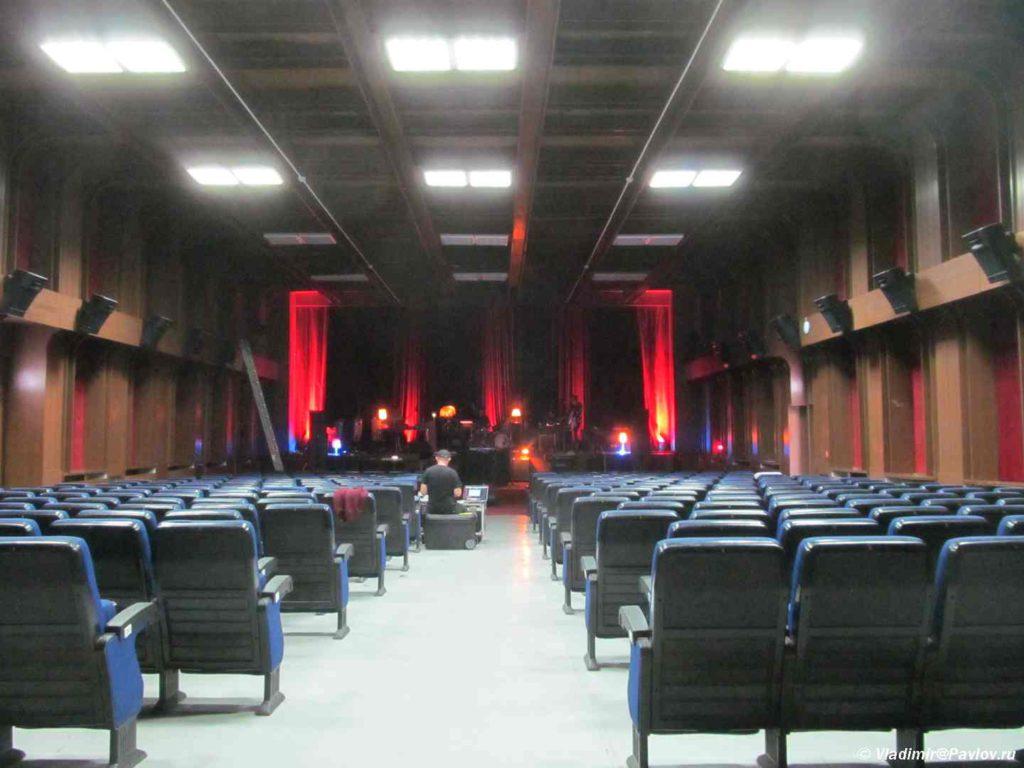 Zal muzykalnogo festivalya v Prishtine. Kosovo. Kosovo 1024x768 - Достопримечательности Приштины. Балканский трэш. Pristine, Kosovo