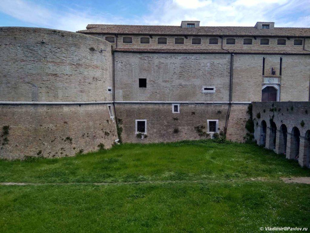 Zamok v Pezaro. Rocca Costanza degli Sforza. Pesaro 1024x768 - Урбино через Пезаро (Urbino via Pesaro). Путешествия по Италии.
